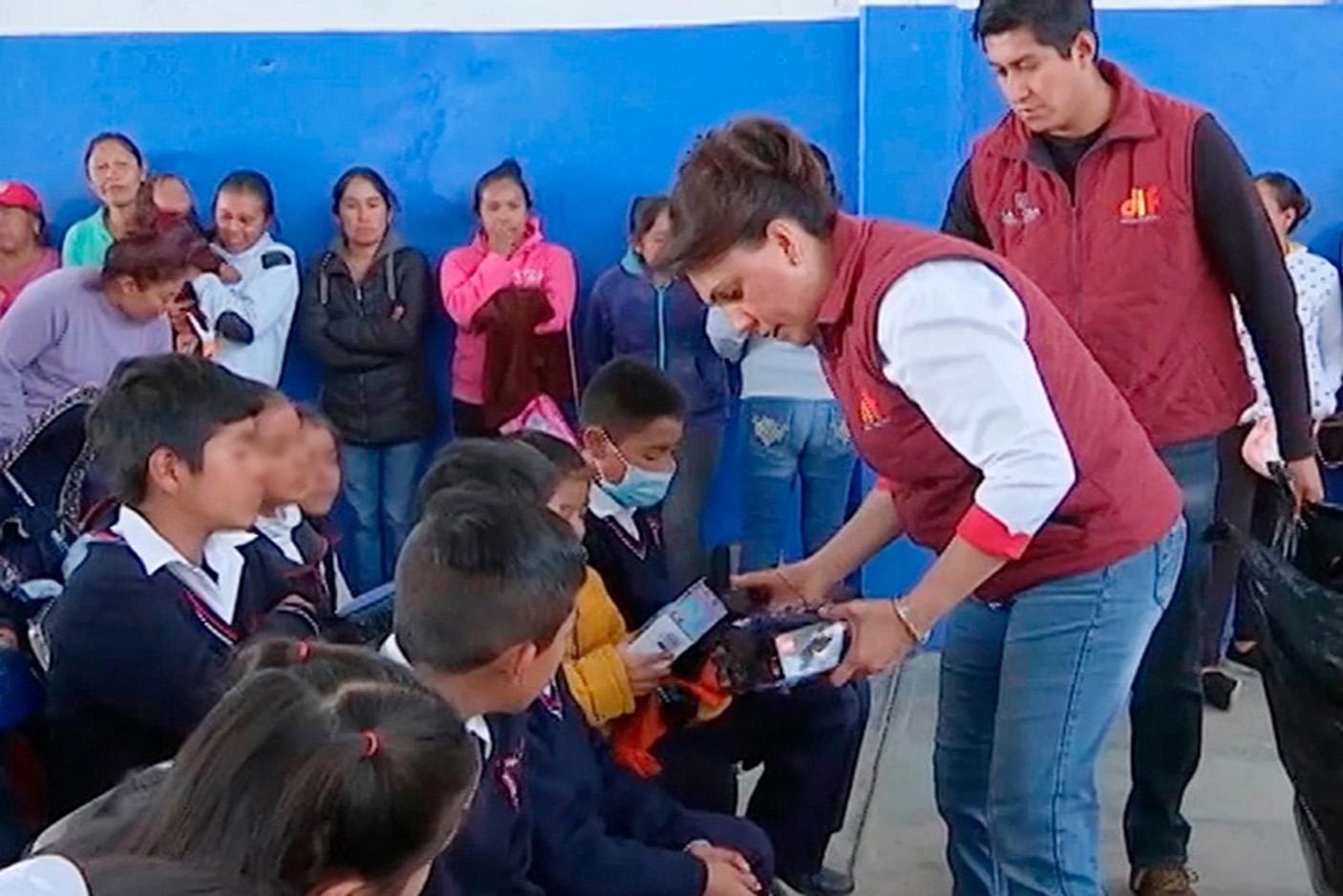 "Llega 'Caravana Día de Reyes"" del DIF estatal a Zitlaltepec."