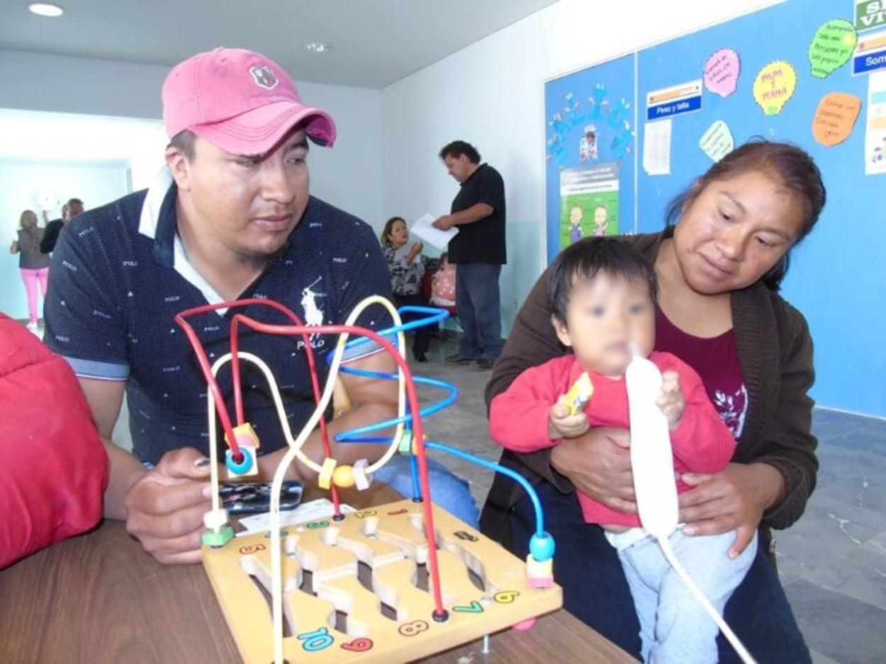 Apoya SESA a madres de familia en el cuidado de sus hijos durante consulta médica