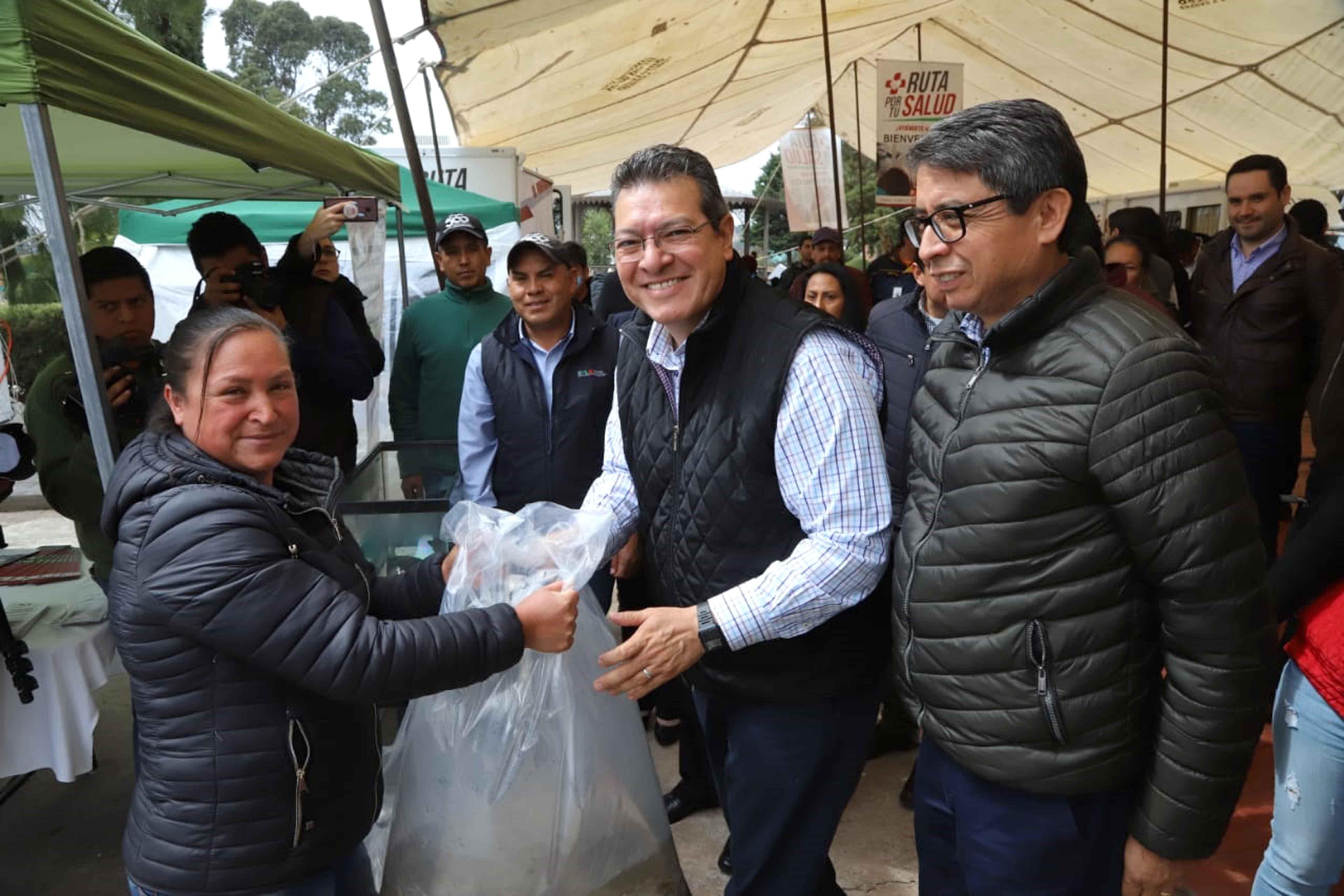 Marco Mena entrega dos mil crías de carpa a productores del estado