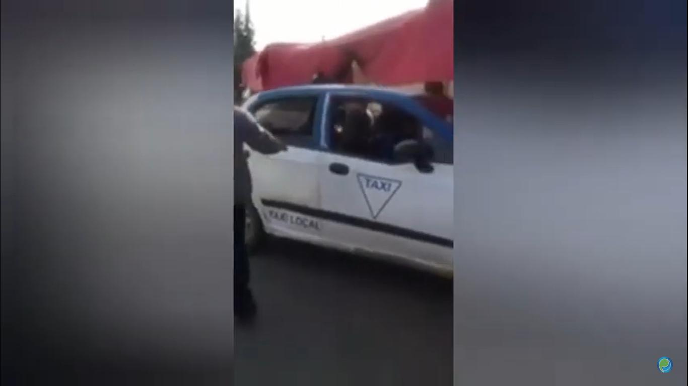 Taxista sufre infarto y casi arrolla a familia