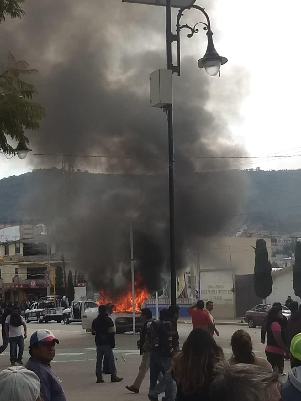 Pobladores de Amozoc queman patrulla y exigen destitución del alcalde por inseguridad