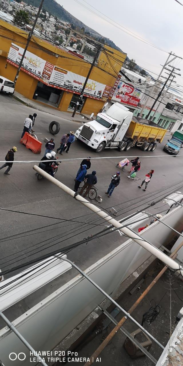 Inconformes bloquean carretera federal a Tehuacán