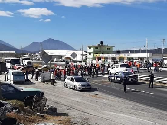 Bloquean carretera Perote-Zacatepec para exigir salida de Granjas Carroll de Alchichica