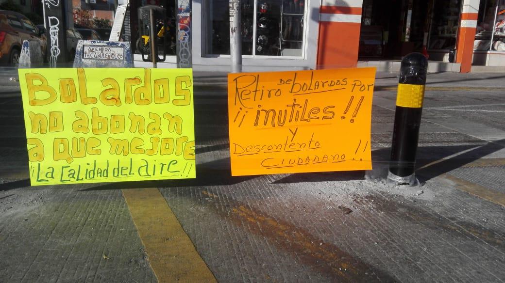 Poblanos en contra de los bolardos ponen cartulinas en el Entronque de Amalucan