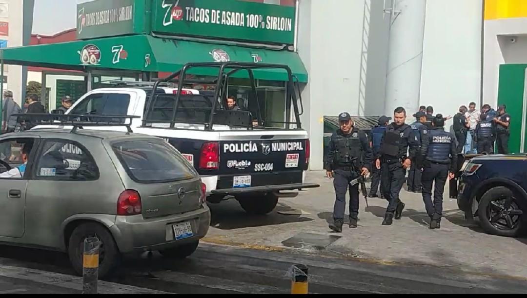 Fuerte movilización policíaca por alerta de robo en Elektra Reforma