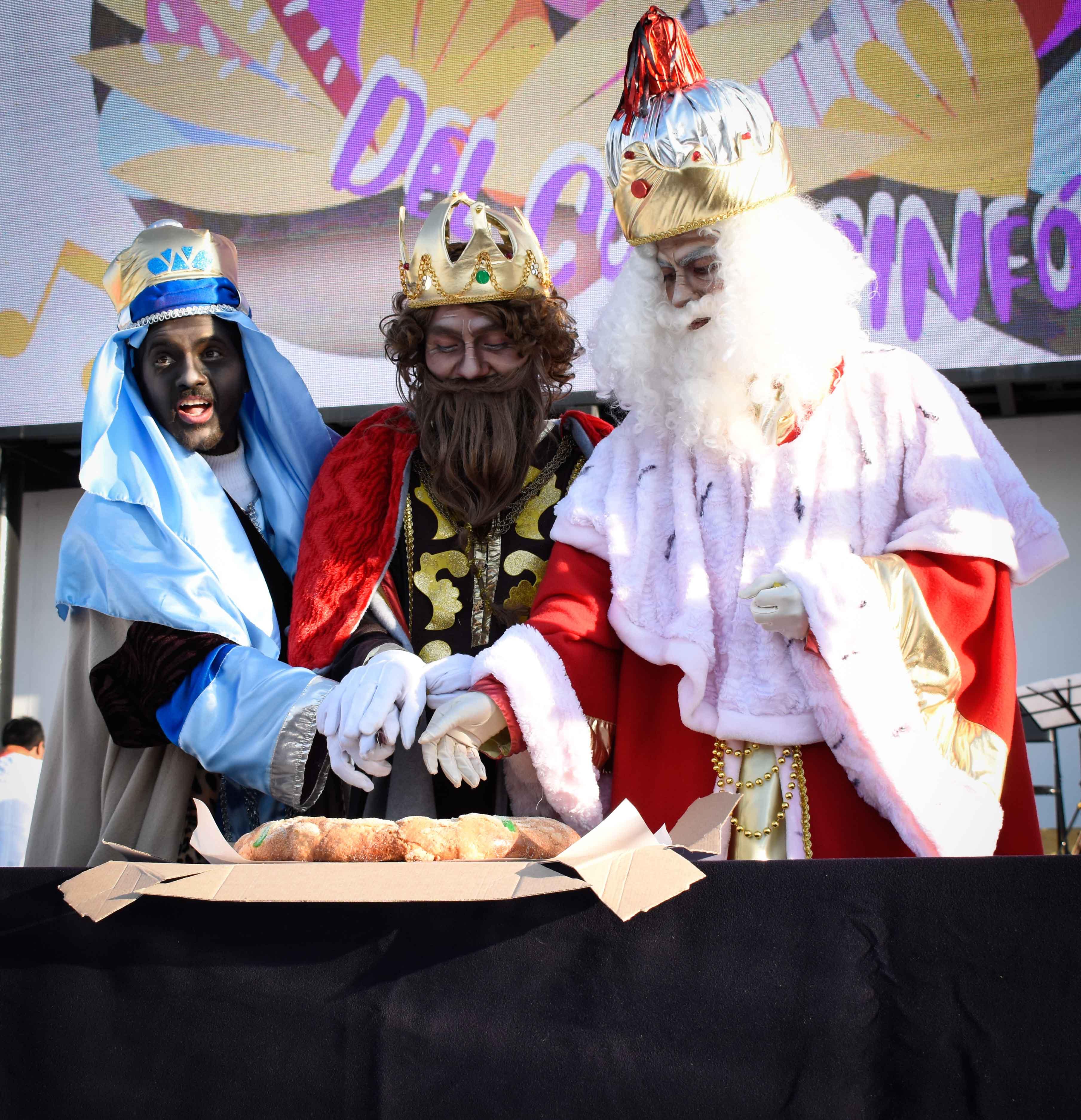 Poblanos disfrutan de la tradicional rosca de reyes en el CCU BUAP.