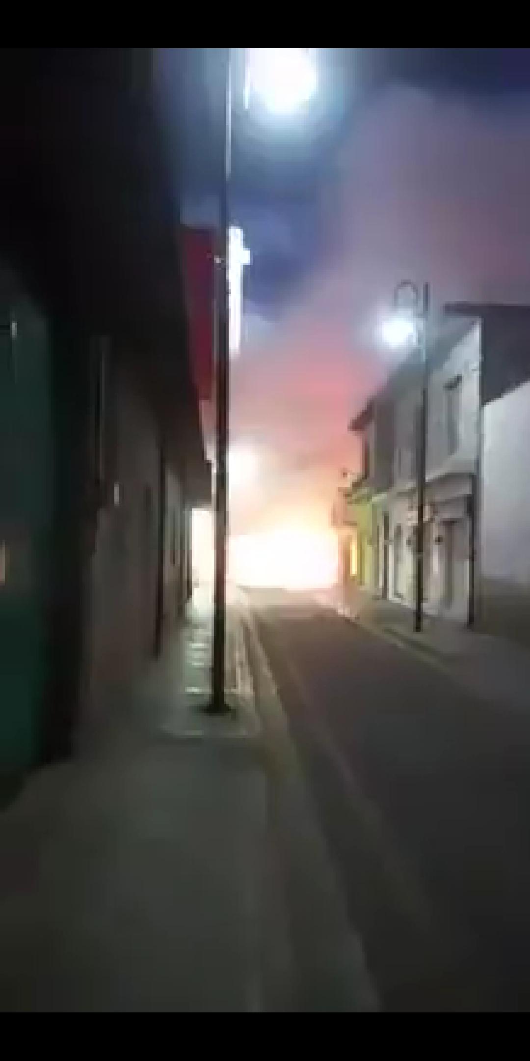 Hace unos momentos, un puesto de pirotecnia explotó dentro del mercado municipal en #Zinacatepec