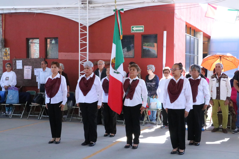 Conmemoran en casa del abue a la bandera mexicana