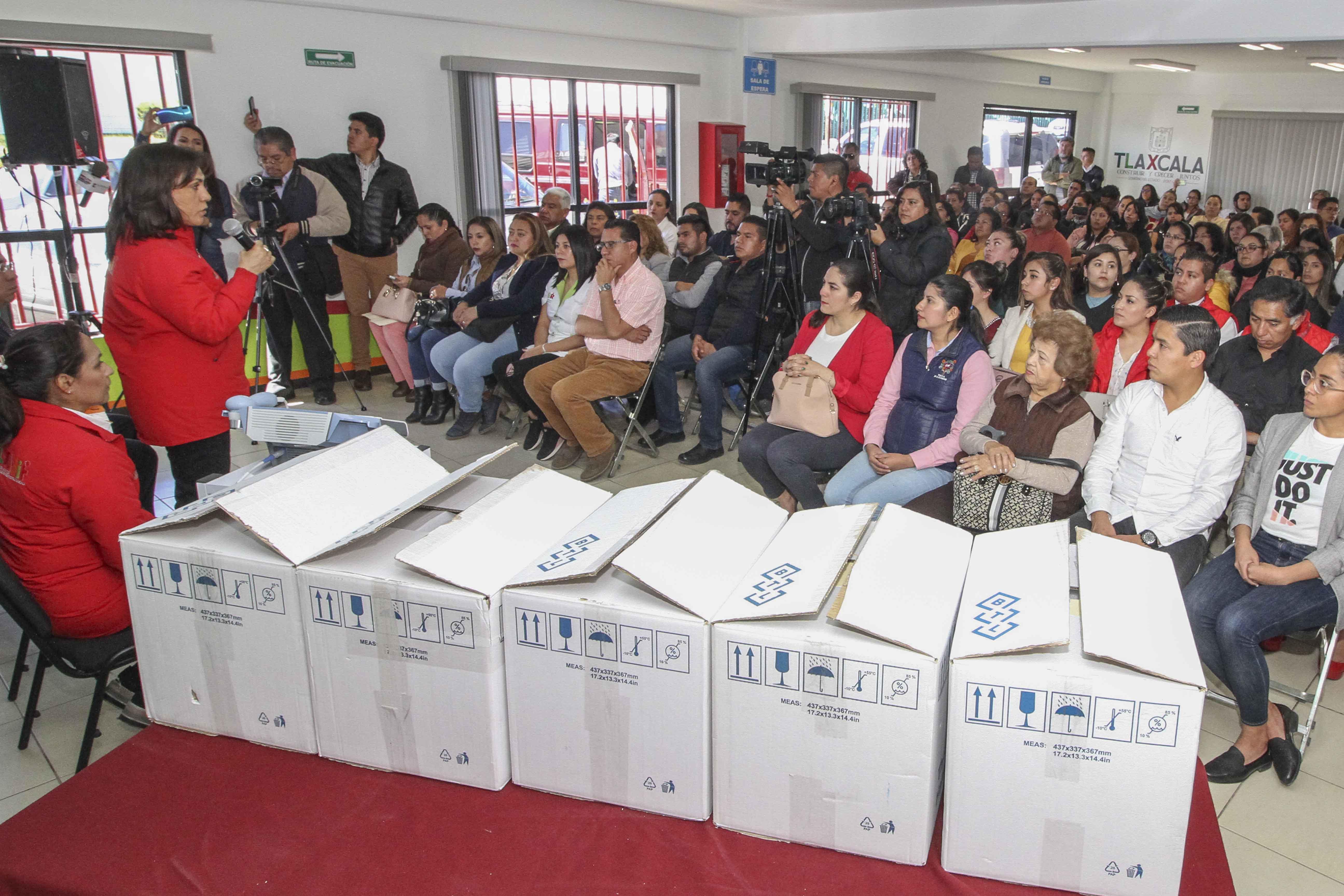 Entrega Sandra Chávez equipo a 41 unidades básicas de rehabilitación.