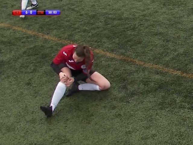 ¡Impactante! Jugadora se disloca la rodilla, la acomoda y continúa en el partido – video
