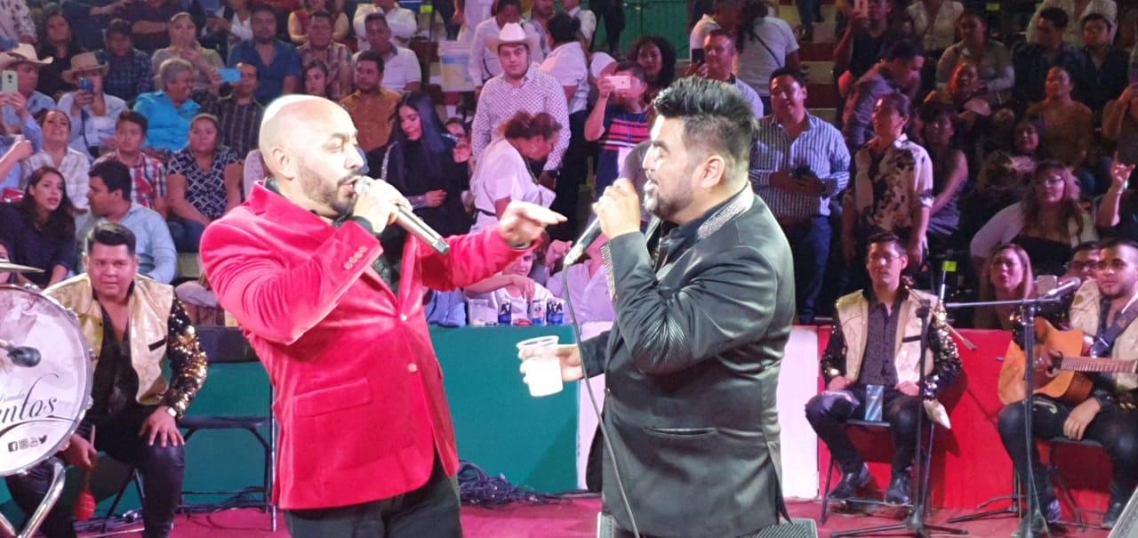"""""""El Mimoso"""" y Lupillo Rivera unieron sus voces el día del amor y la amistad en el palenque de Iguala, Guerrero"""