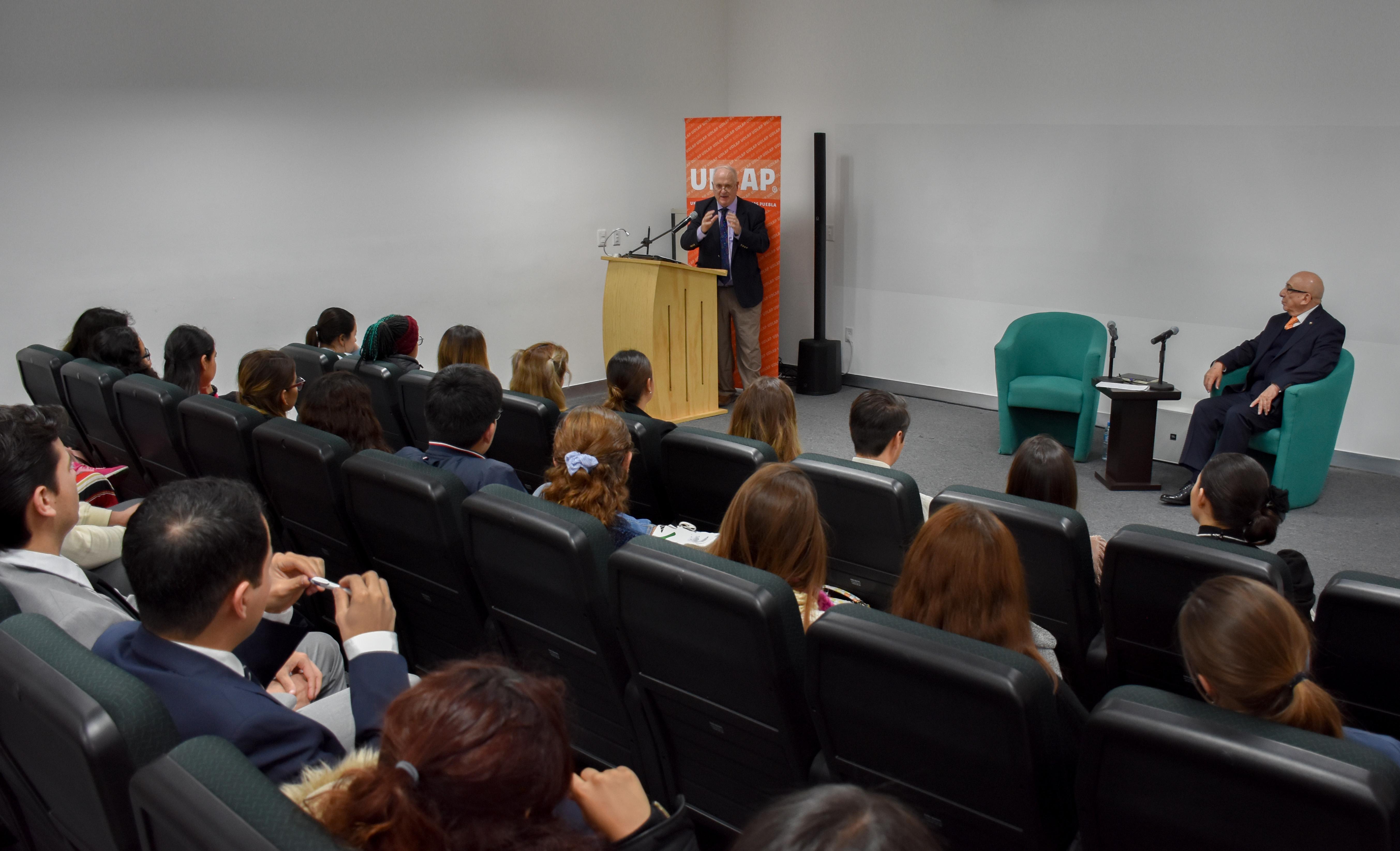 Ex primer ministro de Irlanda platica con estudiantes de la UDLAP