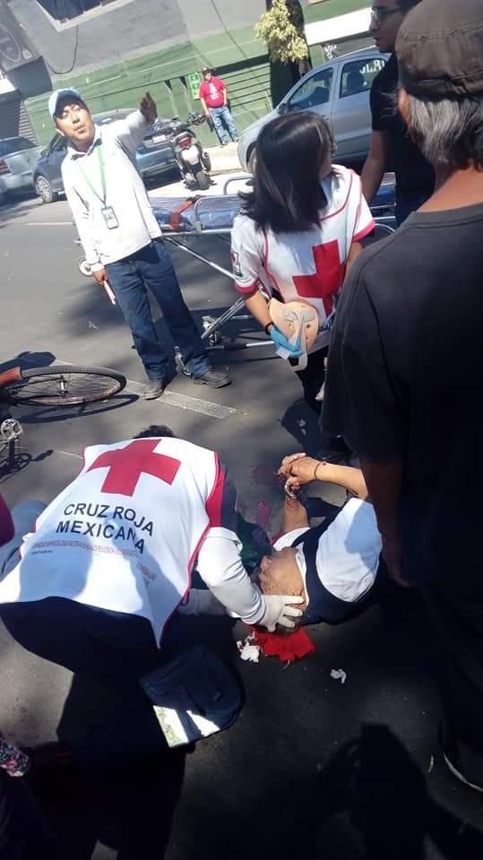 Se registró un aparatoso accidente entre un auto de lujo y una unidad UBER