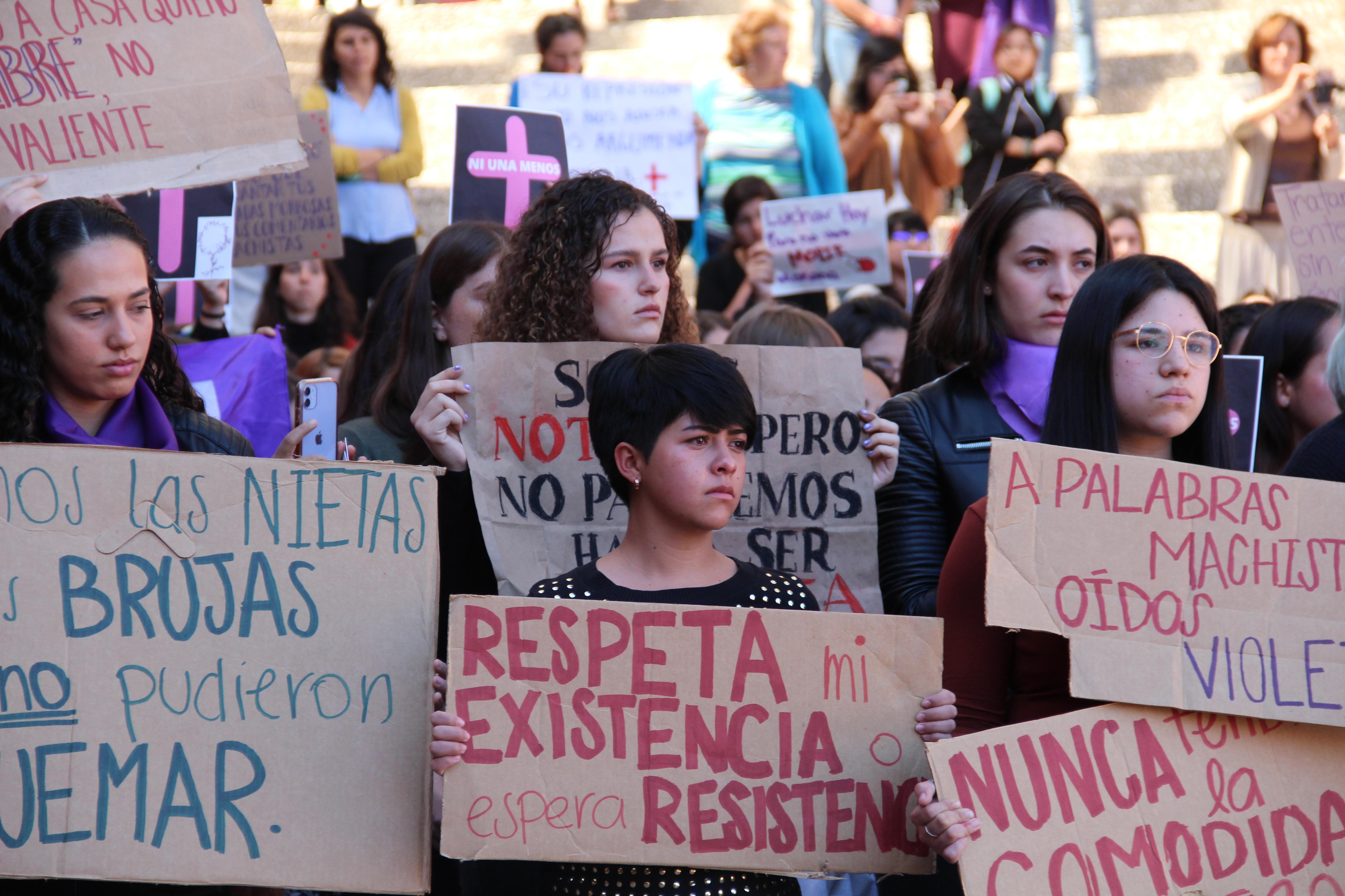 Con el puño en alto, alumnas IBERO alzan la voz contra feminicidios
