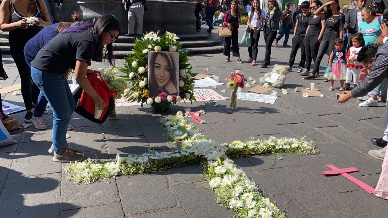 Mujeres protestan contra los feminicidios; colocan ofrenda en honor a Ingrid Escamilla