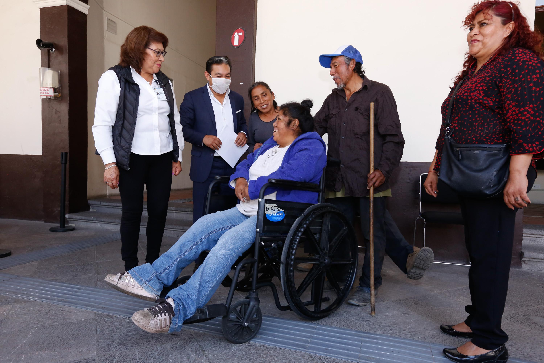 """""""En el SEDIF sí nos echan la mano"""", dice beneficiaria de sillas de ruedas"""