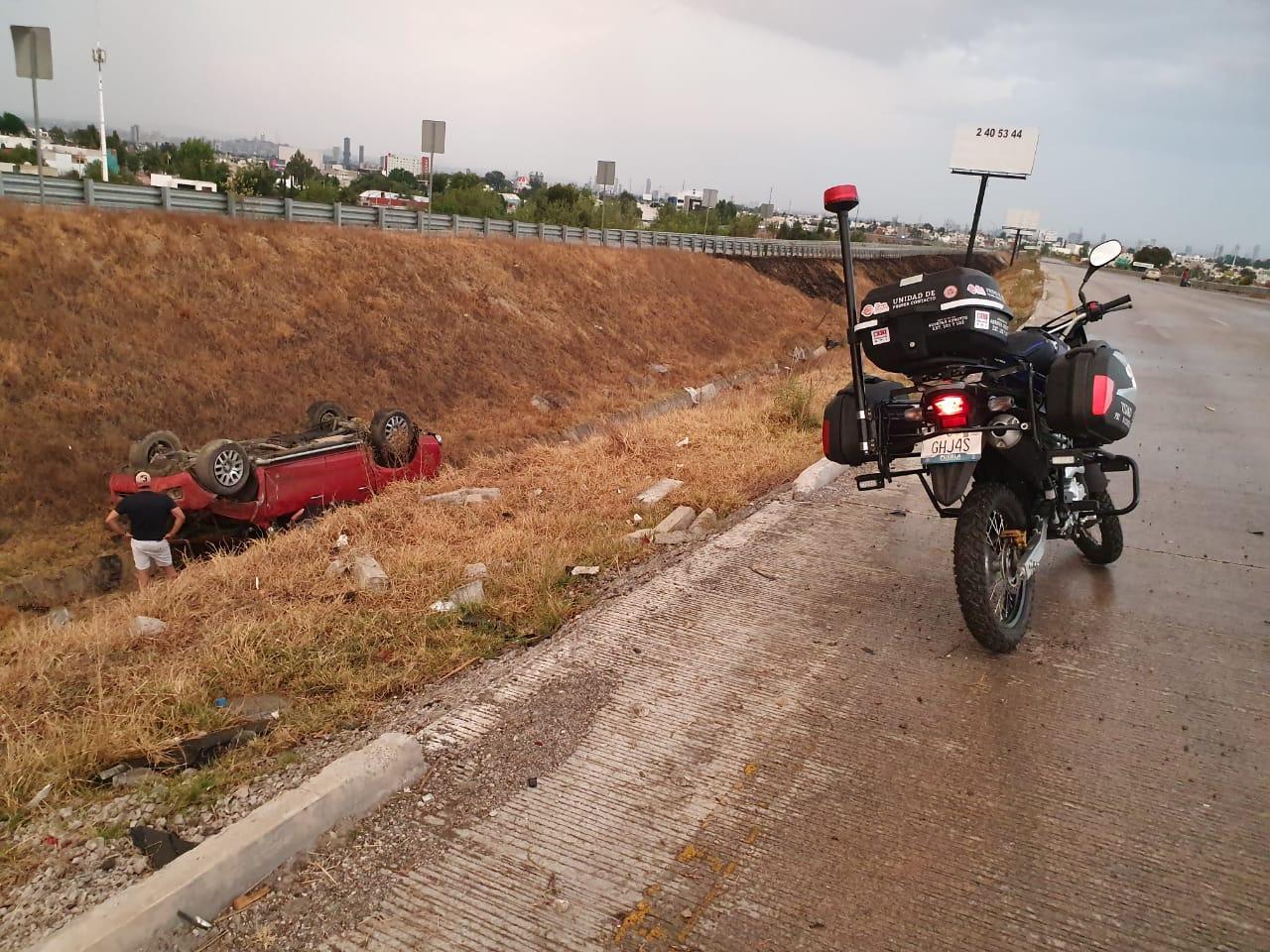 Protección Civil de San Andrés Cholula atiende volcaduras de vehículos por lluvia
