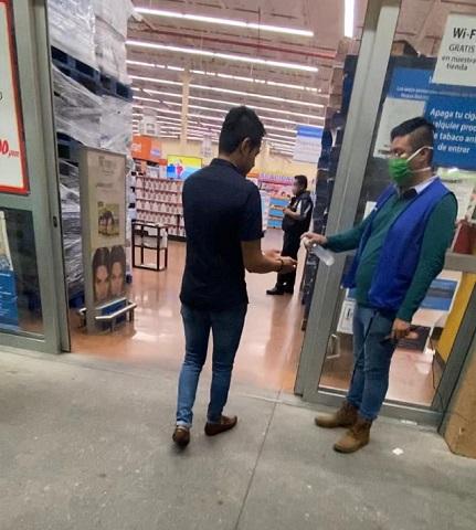 Restringen entrada a los supermercados a una persona por familia