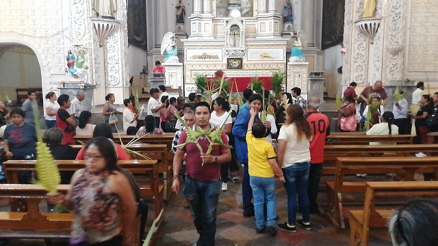 Católicos acuden al templo de la Merced para realizar la bendición de las palmas