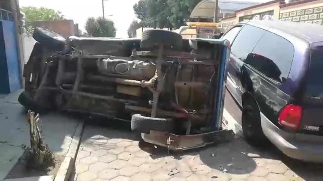 Desde Tlaxcala: Mujer vuelca camioneta en calles de Ocotlán