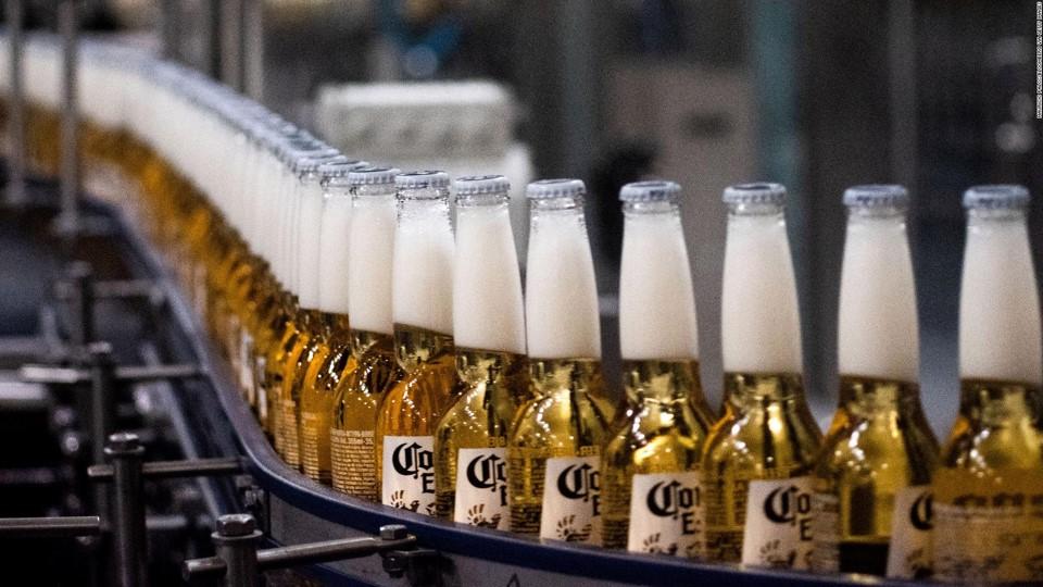 La empresa mexicana Grupo Modelo detiene la producción de la cerveza Corona