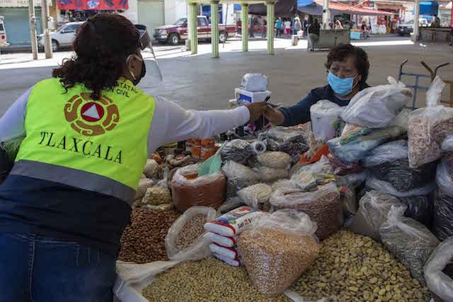 Mantiene gobierno de Tlaxcala filtros sanitarios en tianguis de Apizaco, Chiautempan y Zacatelco