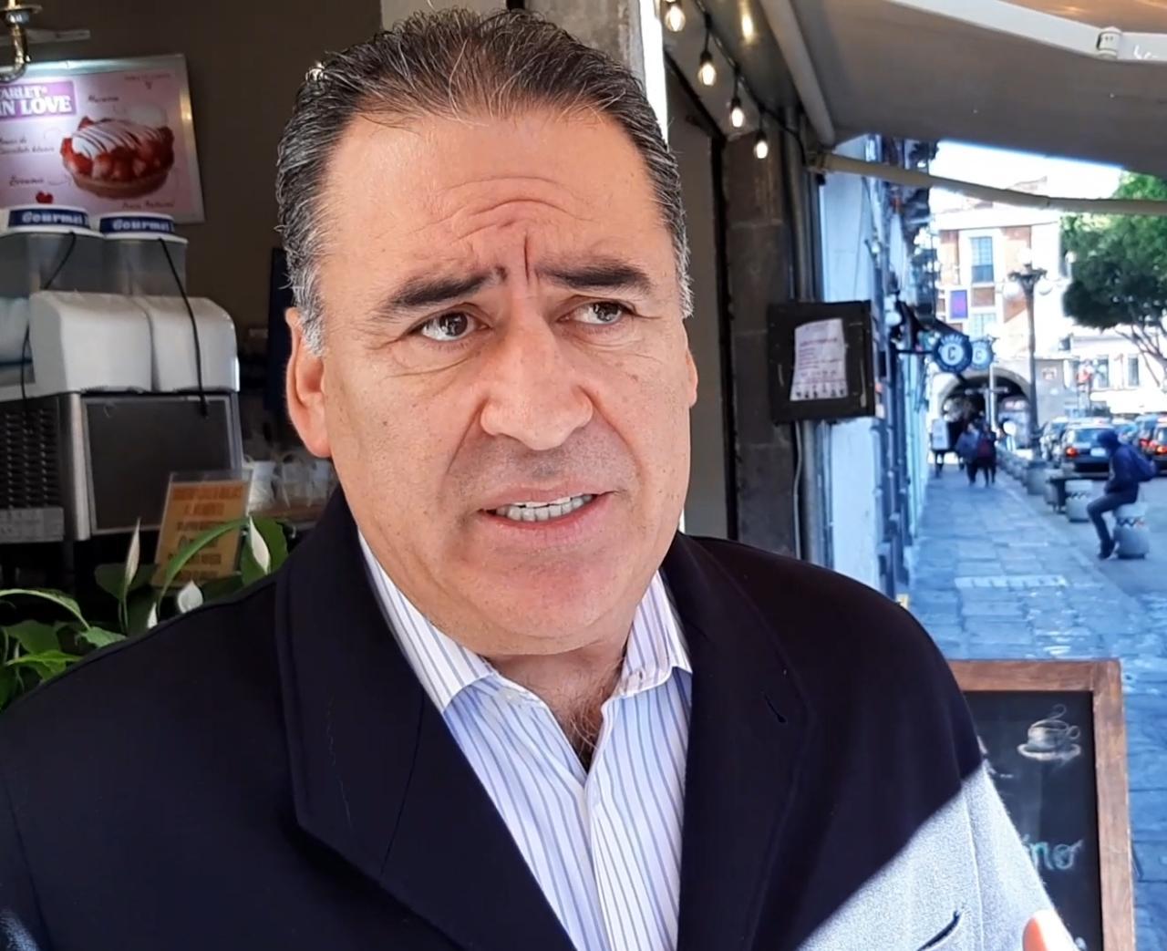Humberto Aguilar Coronado levanta la mano para alguna candidatura