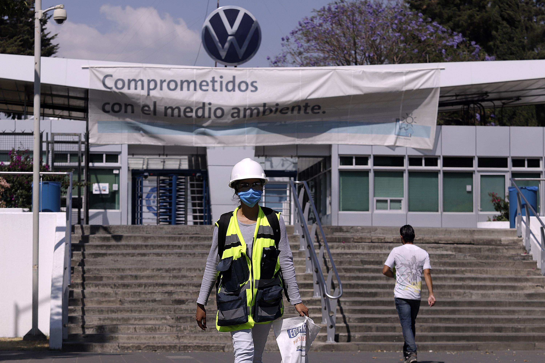 Empleados de la Volkswagen de México apenas recibirán el 65 por ciento de sus salarios en las dos quincenas de junio luego de retomar actividades, confirmó el sindicato