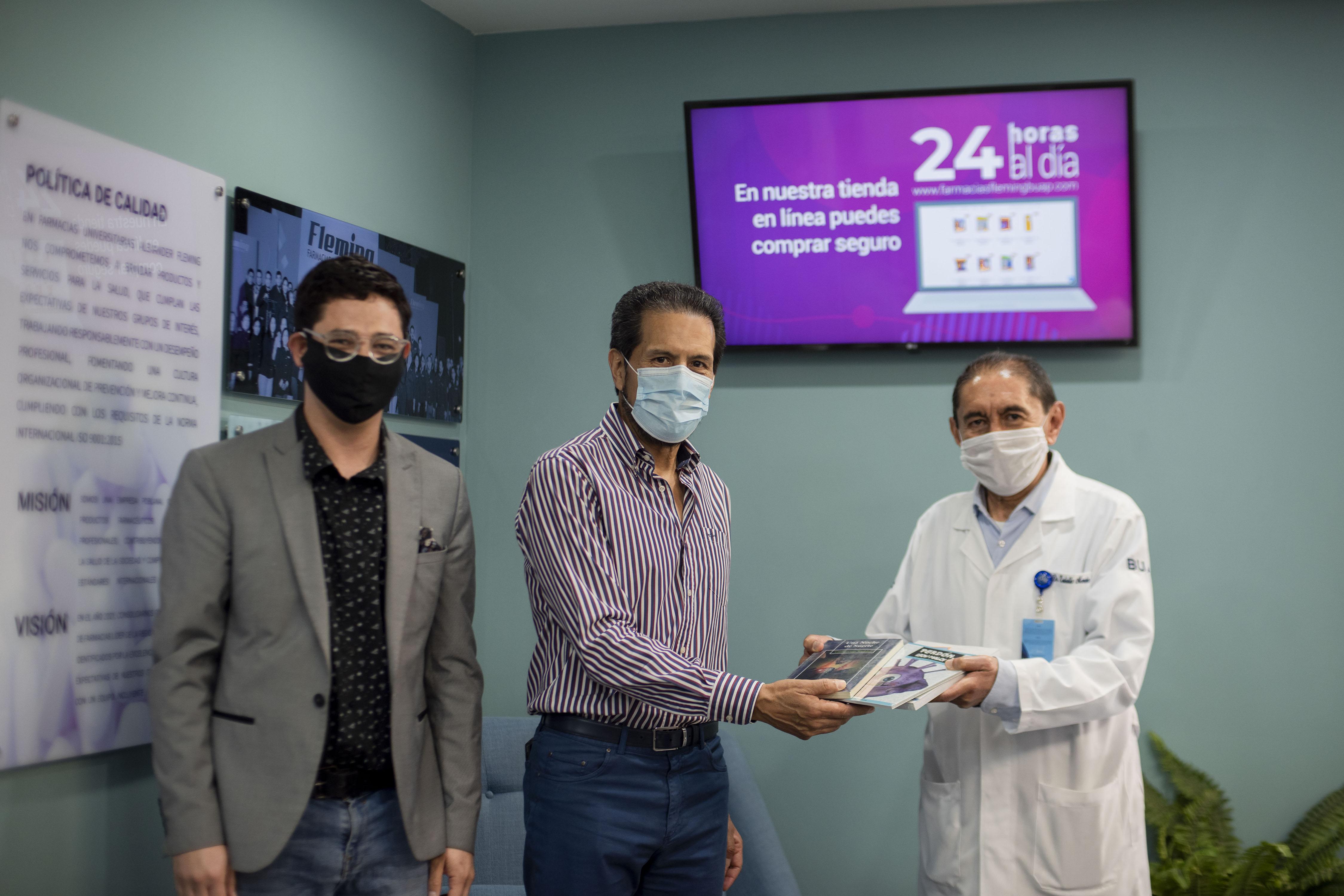 Entrega Rector Alfonso Esparza 500 libros al HUP