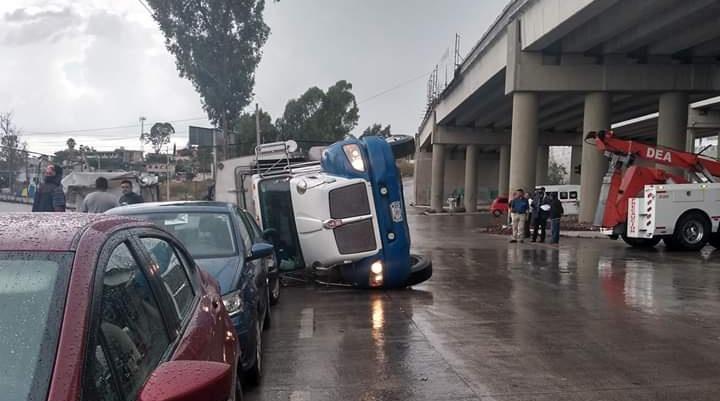 Vuelca un camión de basura en el Periférico Ecológico y Boulevard Valsequillo