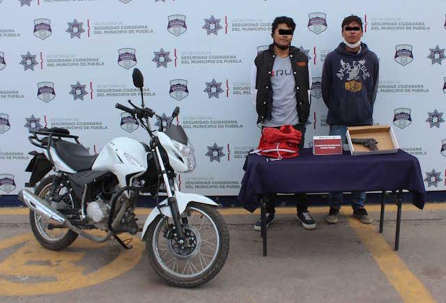 Aseguró Policía Municipal de Puebla una motocicleta robada; dos hombres fueron detenidos