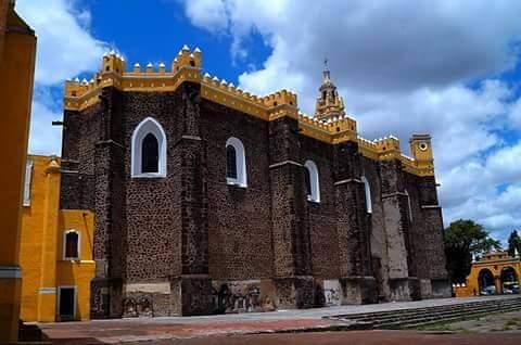 Abren el Exconvento de San Gabriel para un grupo de personas en San Pedro Cholula