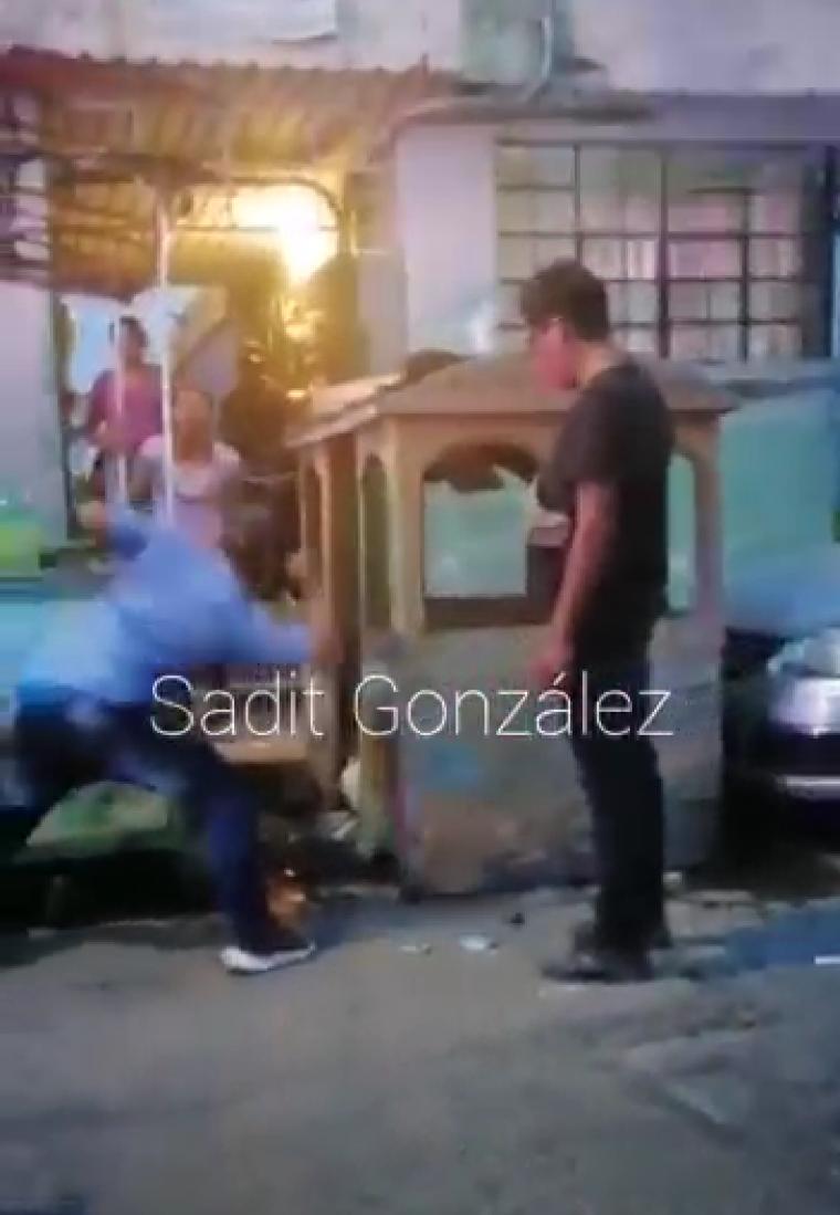 "Video desde Puebla: Con un policía municipal como ""testigo de honor"", desgraciado sujeto apuñala a un perro"