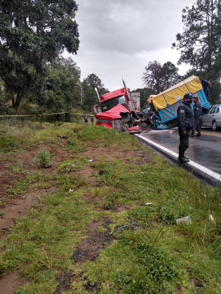 Destrozada queda camioneta tras ser embestida por tráiler en la Acatzingo-El Seco
