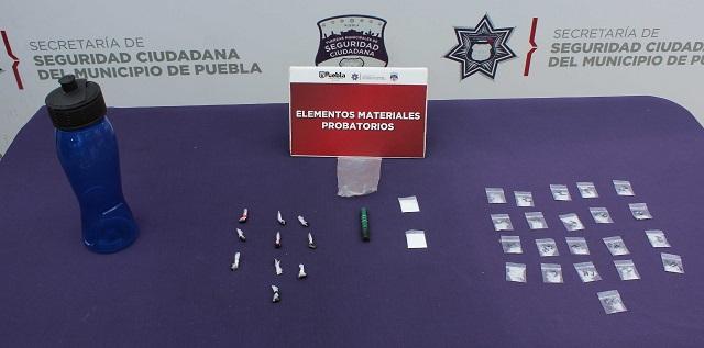 Aseguró policía municipal de Puebla más de 30 dosis de posible droga; un adolescente fue detenido