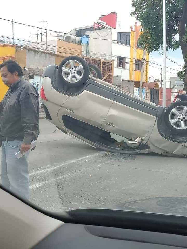 Vuelca camioneta en pleno Circuito Juan Pablo II