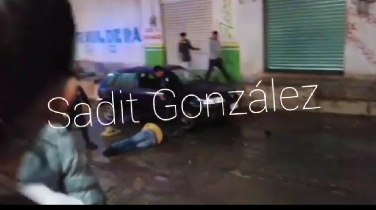 Graban a policías de Amozoc propinando brutal golpiza a jóvenes