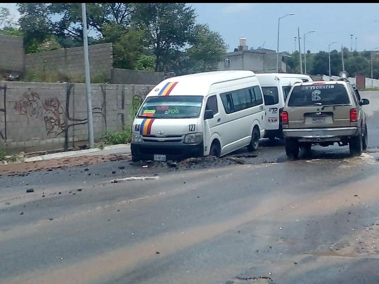 Cráteres en Avenida Clavijero deja parcialmente cerrada la vialidad