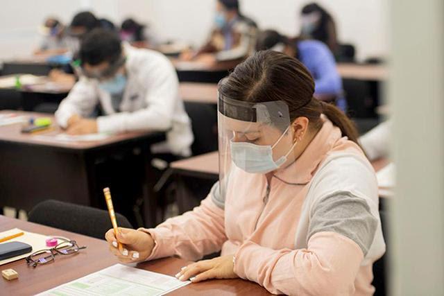Con estrictas medidas de seguridad, 192 egresados de Medicina realizaron el examen EGEL-MEDI del Ceneval