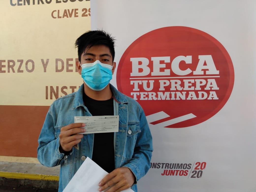 "Más de 500 becas ""Tu Prepa Terminada"" se entregaron en Chiautempan"