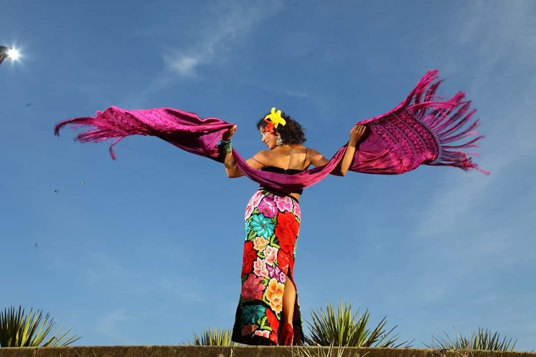 """La reconocida cantante Alejandra Robles """"La Morena"""" es la diseñadora de su propio vestuario que usa para los escenarios"""