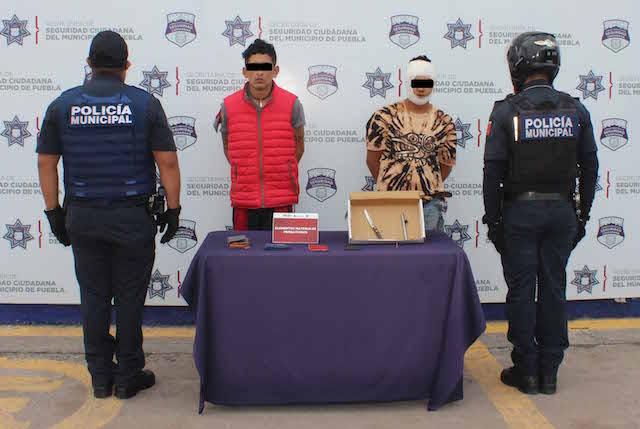 Detuvo policía municipal de Puebla a dos hombres por robo a usuarios de la ruta bulevares