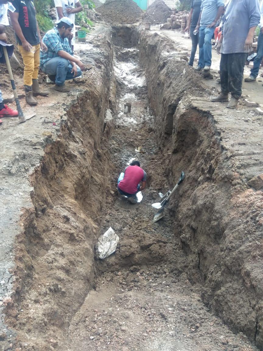 Habitantes levantan colecta para arreglar calle que se niega a reparar el edil de Amozoc