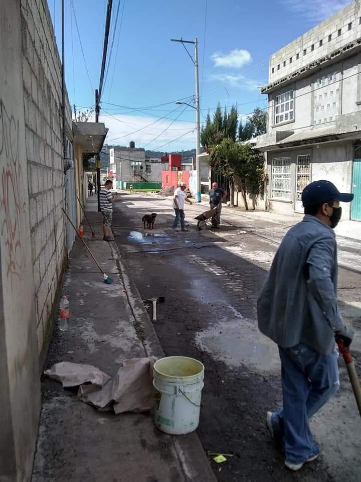 Vecinos de Chachapa cooperan para tapar los baches