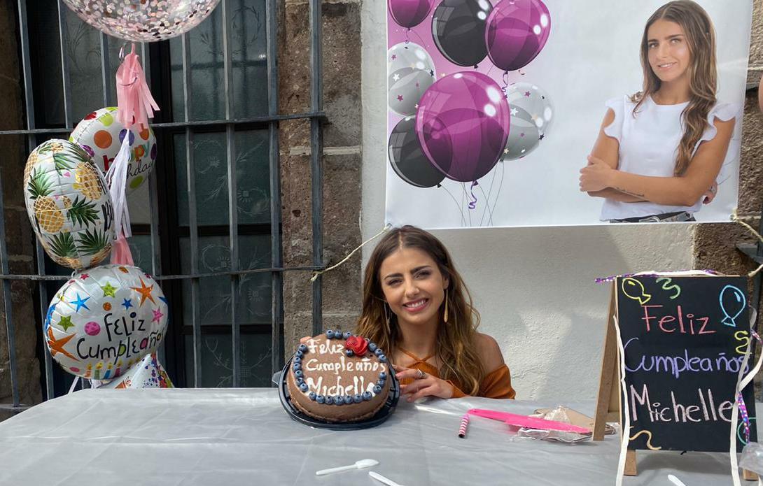 """Elenco y producción de la telenovela """"Quererlo Todo"""" le festejan su cumpleaños a Michelle Renaud"""