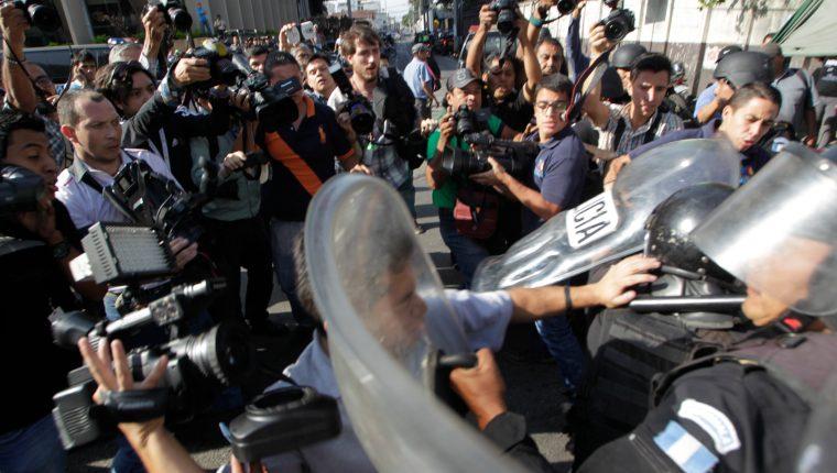 Cada vez son más los ataques a periodistas que cubren protestas, alerta la UNESCO