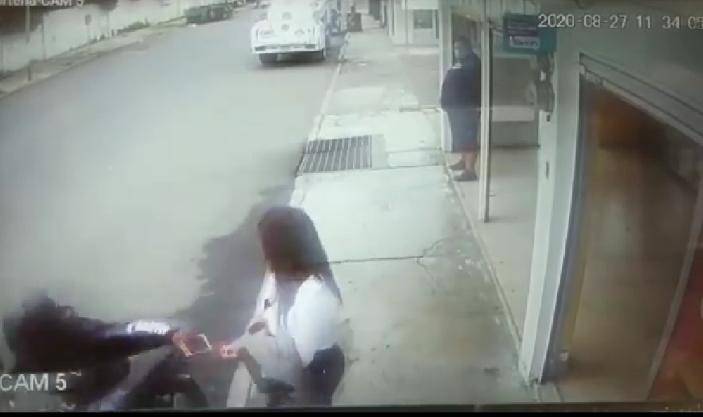 Graban a presunto ladrón despojando de su celular a una joven