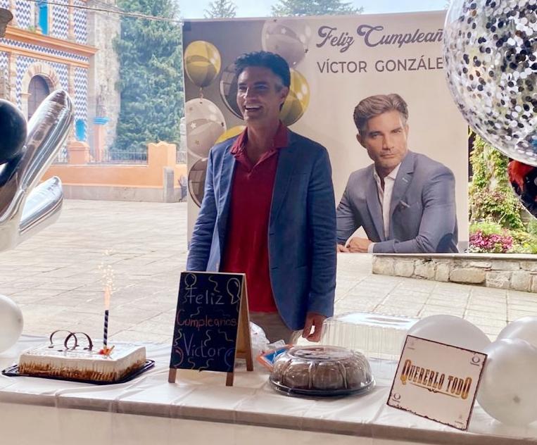 """Producción y elenco de """"Quererlo Todo"""" festejaron a Víctor González por su cumpleaños"""