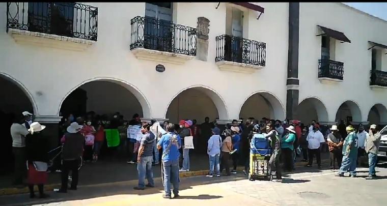 """¡Fuera Angélica!"""", gritan comerciantes inconformes con remodelación del mercado de Huejotzingo"""