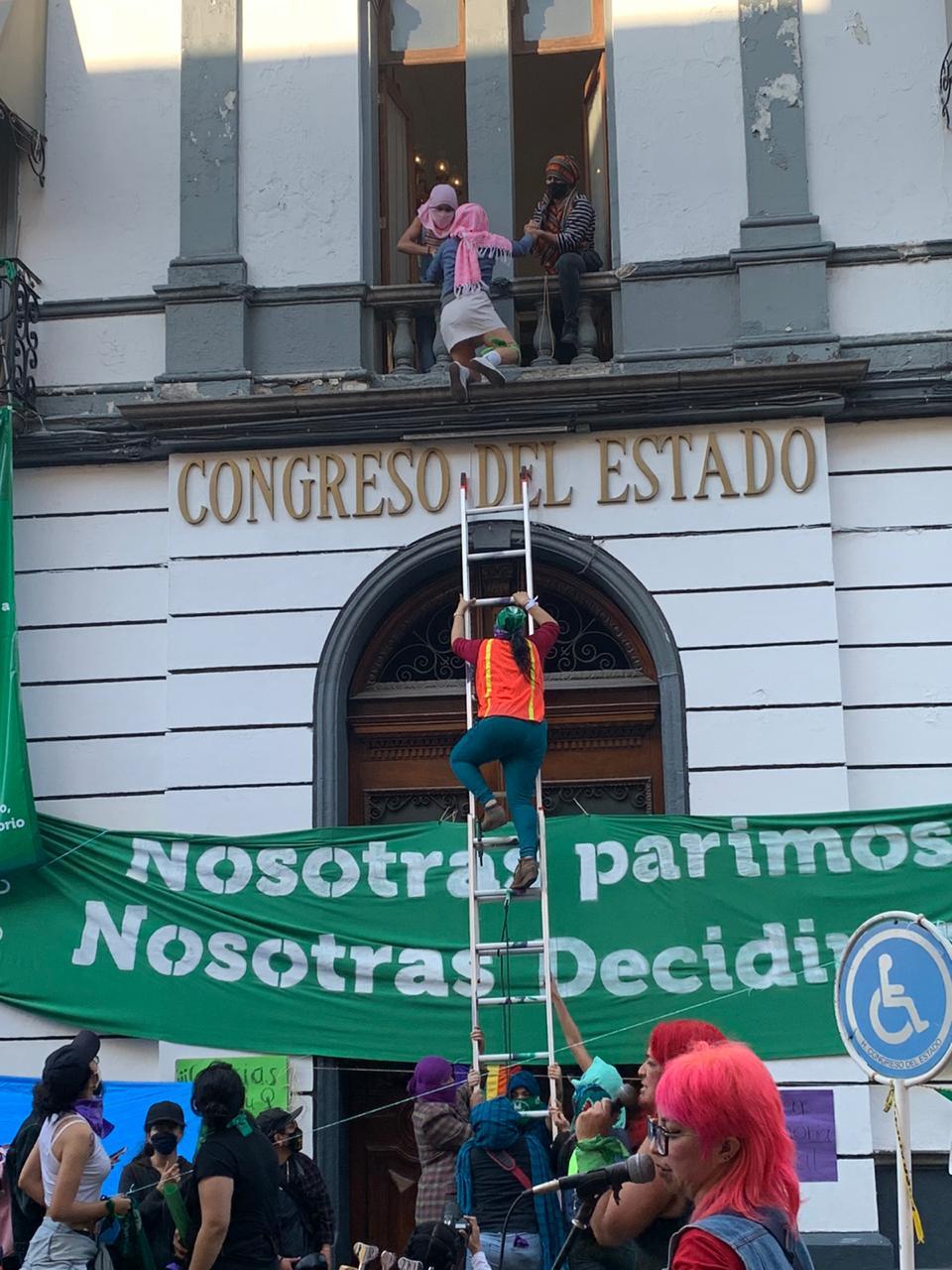 Poblanos se pronuncian a favor y contra la despenalización del aborto en Puebla